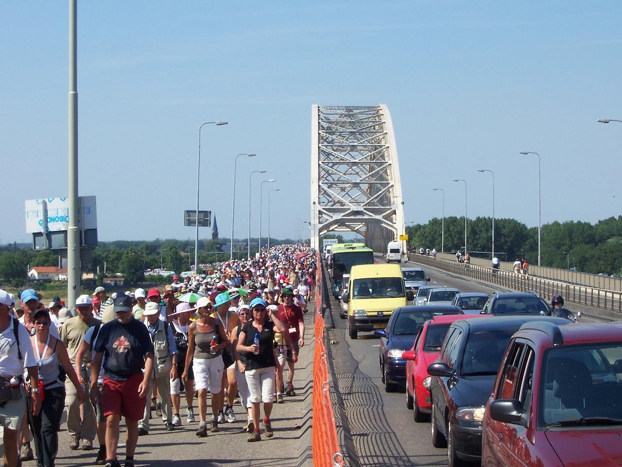 Wandelaars op de Waalbrug (Bron: WikiCommons)