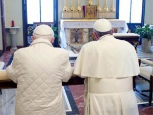 Paus Benedictus en paus Franciscus samen in gebed