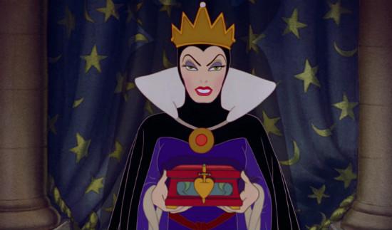 De boze stiefmoeder in de Disney-versie. Interessant detail is de sluiting van dit doosje: in de iconografie wordt Maria vaak voorgesteld met een met zwaarden doorboord hart.