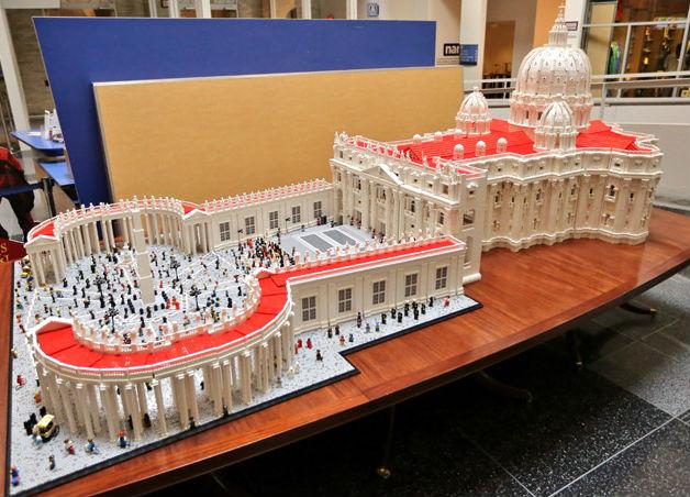 Het lego-Sint-Pieter van de Amerikaanse priester fr. Bob Simon.