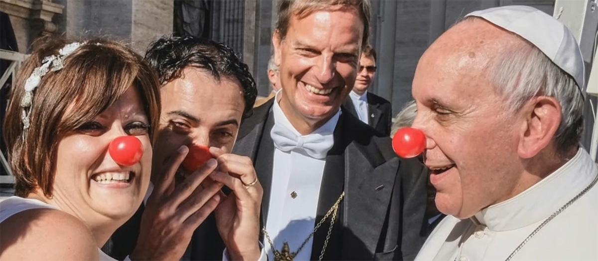 Een clowneske paus op het katholieke narrenschip